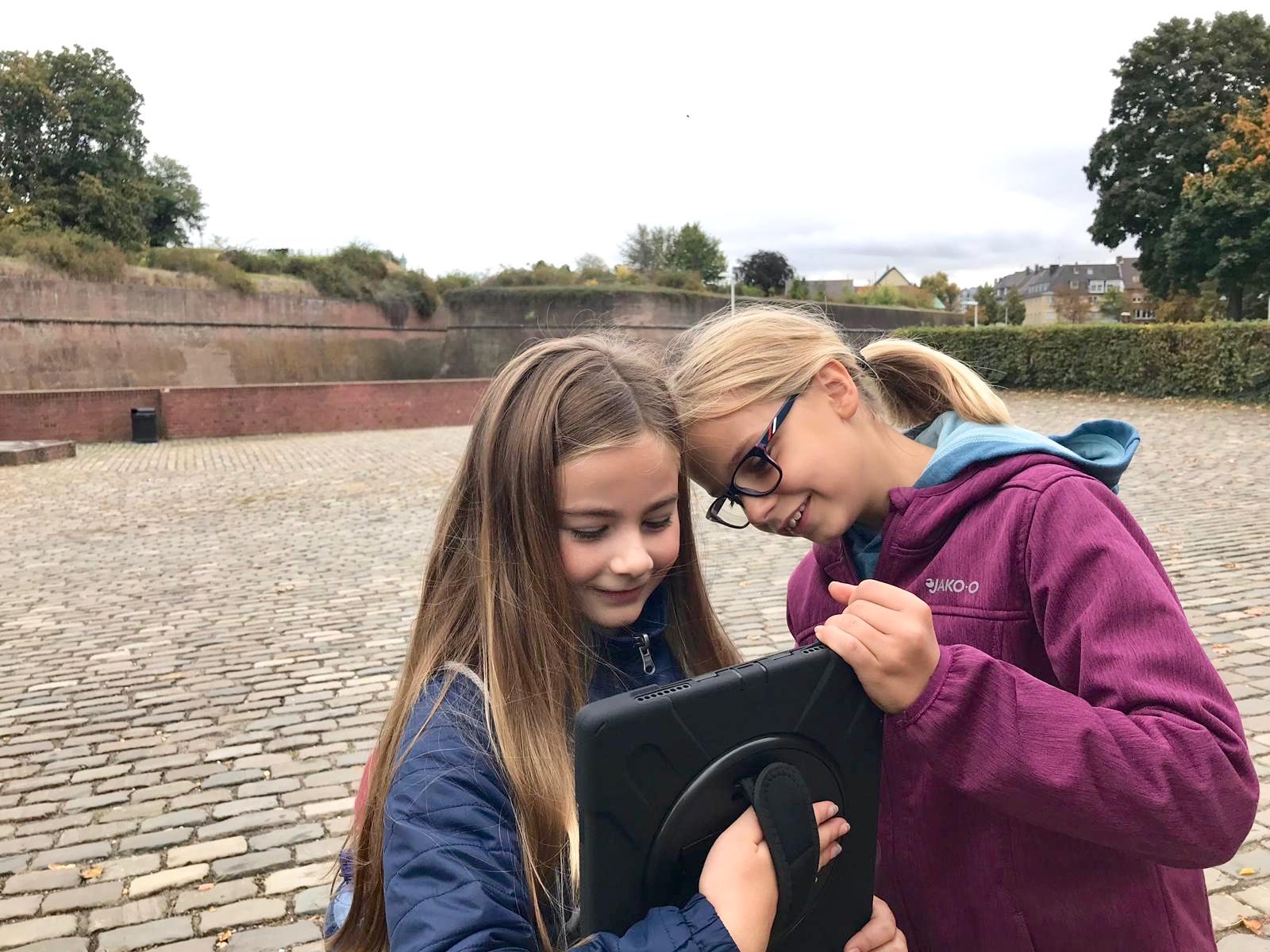 Schüler vor der Zitadelle